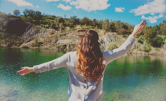 מים, אישה שמחה, נוף