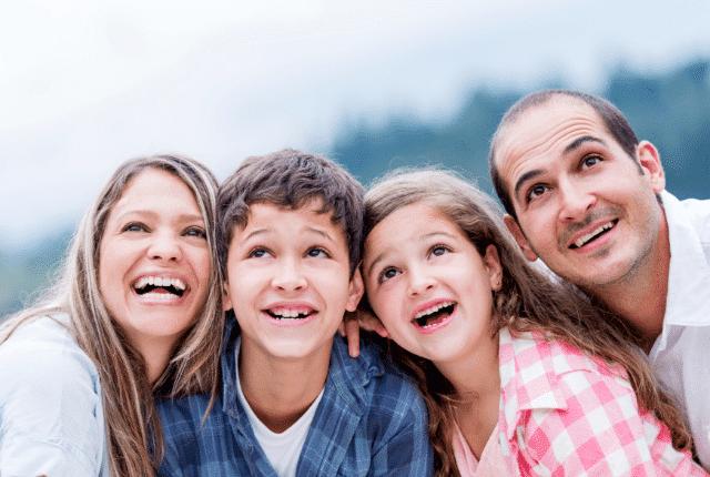 משפחה שמחה, חיוכים, הורים וילדים