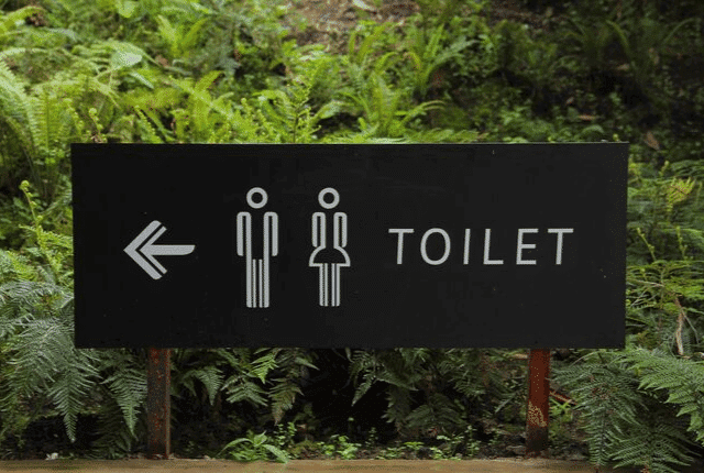 כניסה אל שירותים ציבוריים