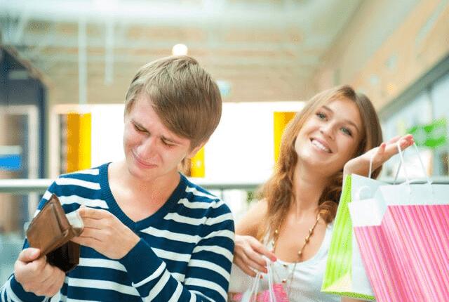 אישה אחרי קניות שמחה, גבר עצוב