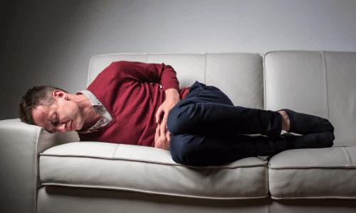 חרדה קיומית, דיכאון, גבר בוכה על הספה
