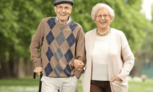 זוג קשישים שמחים, טיול בפארק