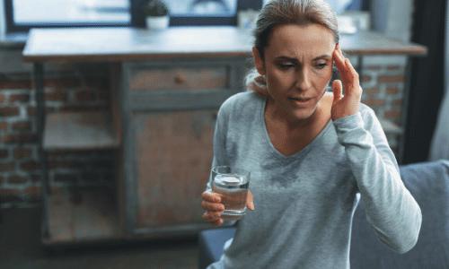 אישה נמצאת בהתקף דיכאון הורמונאלי