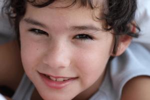 ילד עם הפרעה מחייך