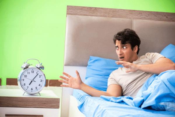 איש במיטה סובל מחרדות