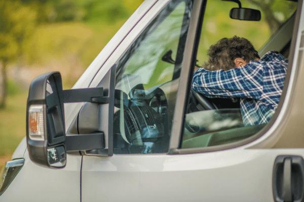 איש ברכב סובל מחוסר שינה