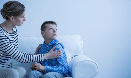אימא מחזיקה את בנה בחוויה של התקפי פאניקה