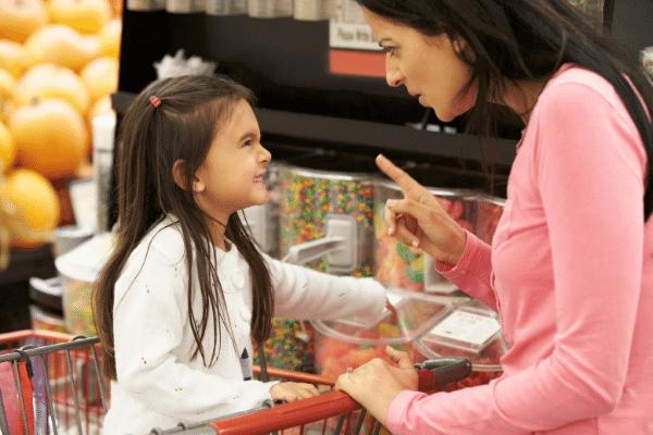 אמה כועסת על בתה בסופר