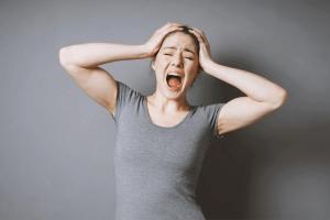 אשה בעת התפרצות זעם