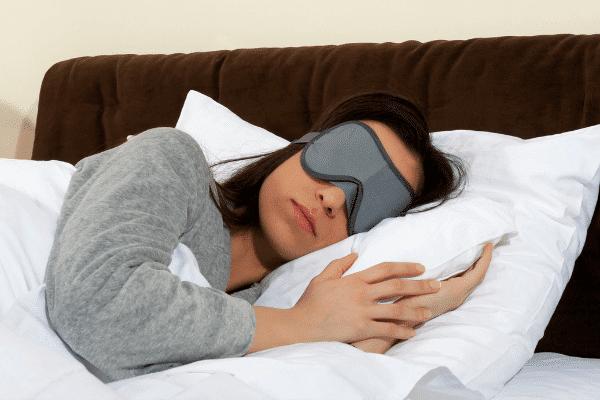 אשה ישנה בשינה