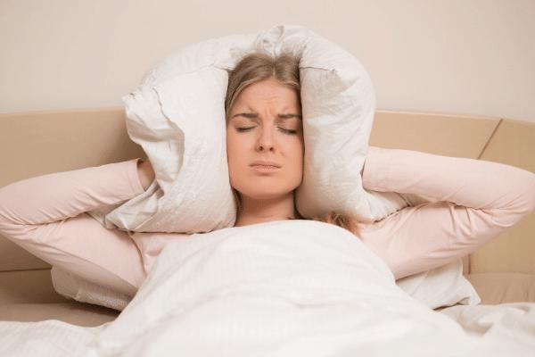 אשה סובלת בשינה