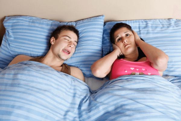 אשה סובלת מרעשים בשינה