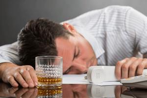 איש נרדם מחוסר שעות שינה