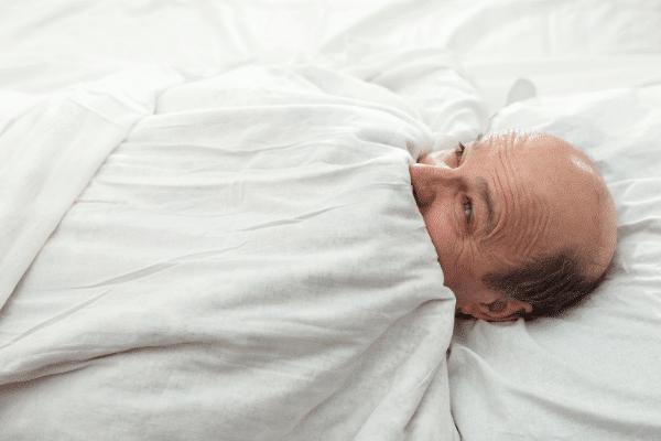 איש הזקוק לביצוע טיפול בבעיות שינה