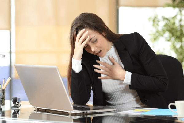 אשה בעבודה עם התקף חרדה