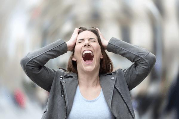 אישה בעת התקף חרדה מתמשך