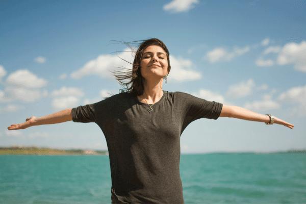אשה מחייכת על הים