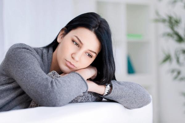 אשה בוהה ועצובה