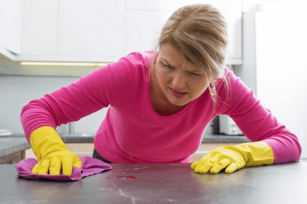 אישה מנקה את השיש