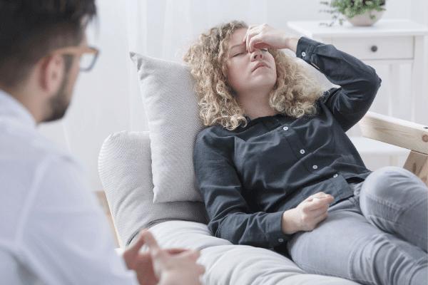 אישה סובלת מכאבי ראש