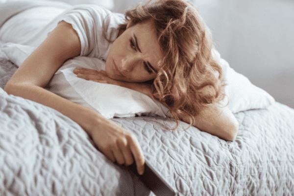 אישה עם מחשבות שליליות עצובה