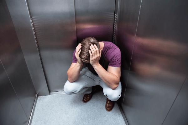 אדם מתמודד עם מצב של קלסטרופוביה במעלית