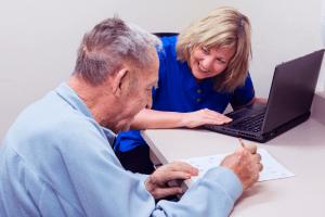 זוג מבוגרים האישה מצחיקה את בעלה