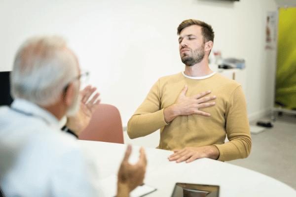 איש סובל מקשיי נשימה אצל הרופא