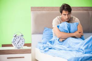 איש סובל מהפרעת שינה לא רציפה