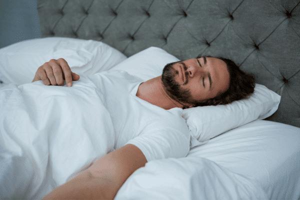איש ישן במיטה