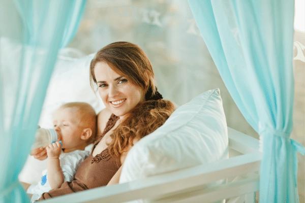 אישה עם תינוק שמחה