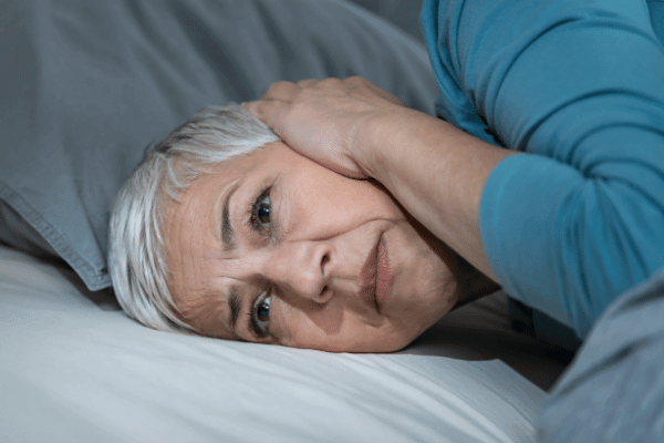 אישה מבוגרת סובלת מיסופוניה